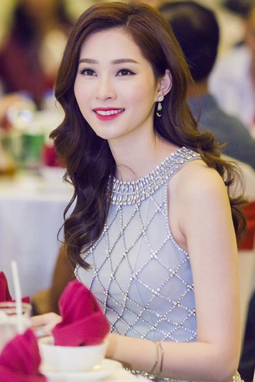 Hoa hậu Thu Thảo chọn công thức làm đẹp quen thuộc, mắt viền mảnh mí trên và son môi màu hồng tươi sáng.