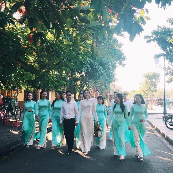 [Caption]Hôm qua (5/8), MC thời tiết xinh đẹp bắt đầu chụp những tấm hình đầu tiên cho bộ ảnh cưới tại thành phố biển Đà Nẵng.