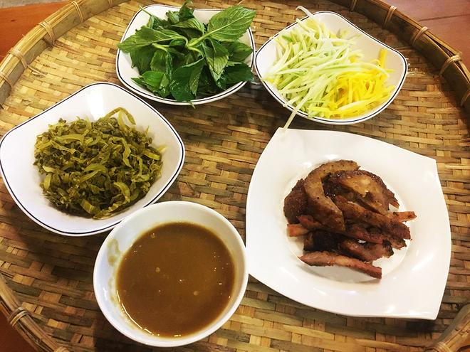 Ăn bánh ướt chồng đĩa miền Trung ở Sài Gòn
