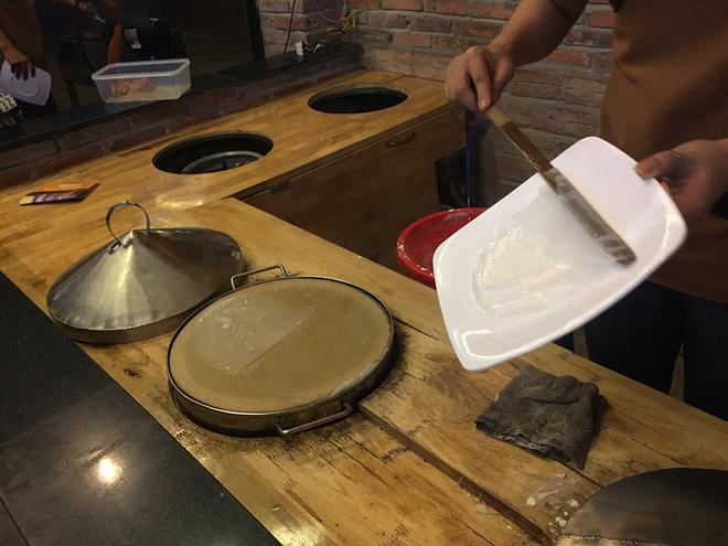 Bánh ướt chồng đĩa miền Trung ở Sài Gòn