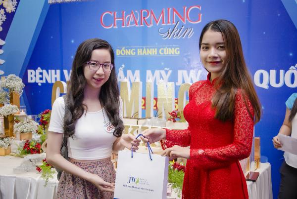 my-phm-charming-skin-ra-mat-trong-su-kien-lam-dep-10