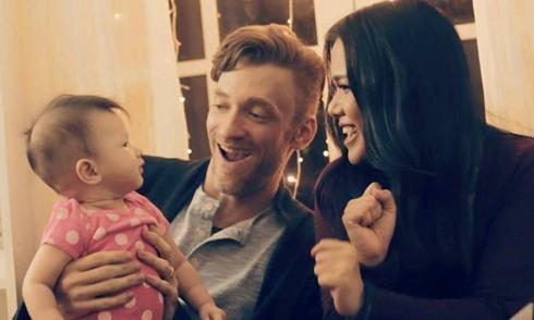 Con gái của Phương Vy Idol xuất hiện trong MV Giáng sinh với bố mẹ