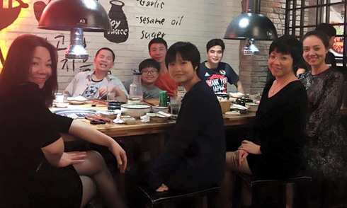 Công Lý vui vẻ ăn tối cùng 2 vợ cũ và bạn gái mới