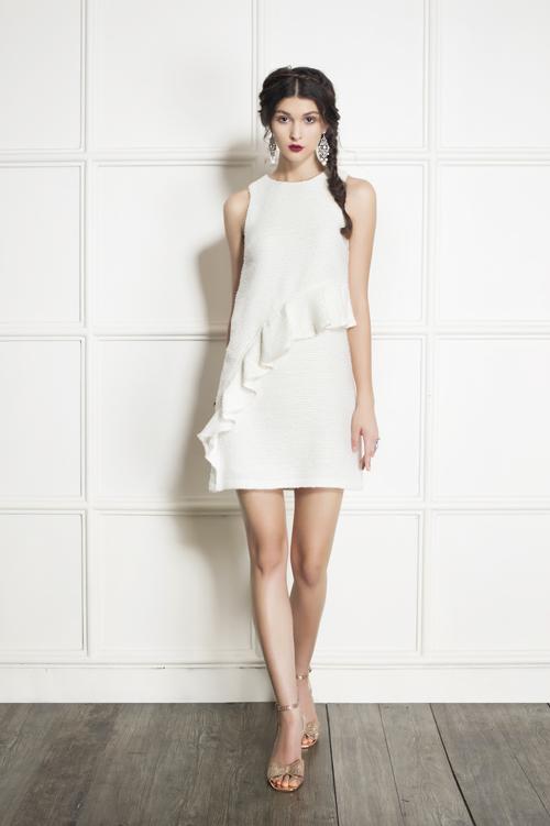 Mẫu thiết kế với điểm nhấn bèo xinh xắn sử dụng chất liệu vải tweed thể hiện gu thẩm mỹ tinh tế của người mặc.