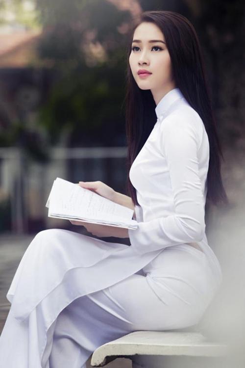 Phong cách trang điểm ưa thích của cô là chân mày ngang, mắt khói nhẹ và son môi sáng màu.