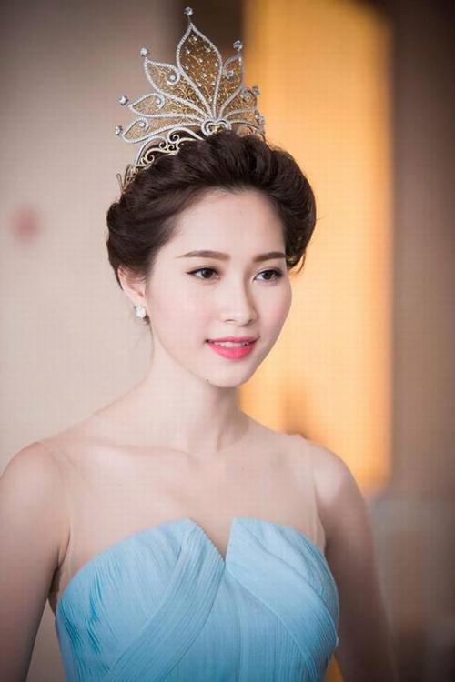 Vẻ đẹp tinh khôi giúp Đặng Thu Thảo luôn trở thành tâm điểm mỗi nơi cô xuất hiện.