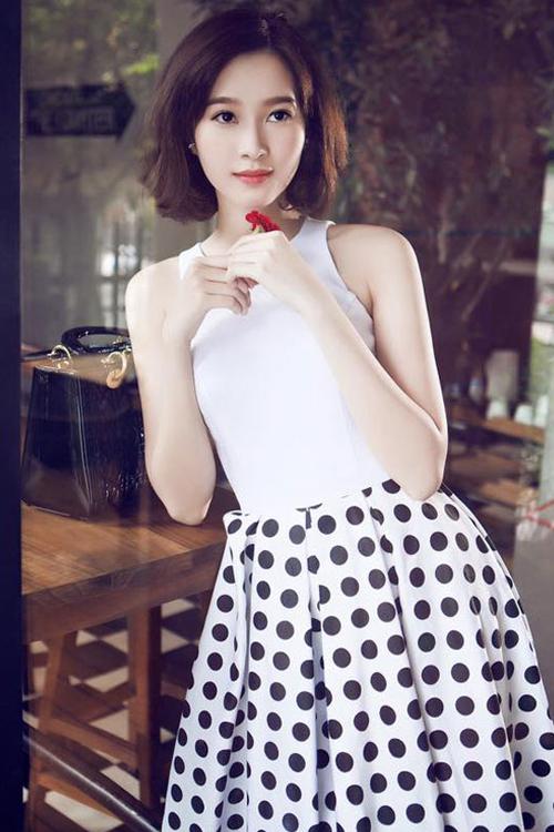 Năm 2015, Hoa hậu xuống tóc, thay đổi phong cách. Hình ảnh mới trẻ trung, năng động nhưng cũng không kém phần duyên dáng của cô nhận được nhiều lời ngợi khen.