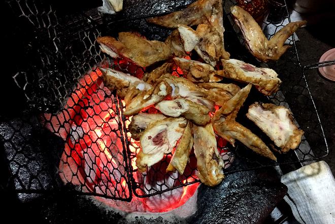 Chân gà nướng nổi tiếng phố núi