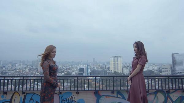 Xuất hiện cuối MV là hình ảnh hai cô gái ngượng ngùng đối diện nhau