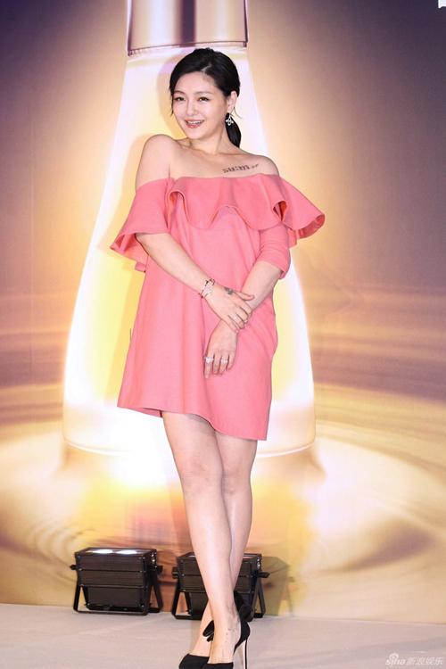 Ngày 14/12, Từ Hy Viên tham gia một hoạt động quảng bá sản phẩm. Đây là lần đầu tiên ngôi sao Đài Loan lộ diện kể từ khi sinh con trai thứ hai.