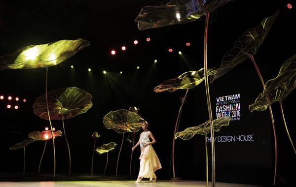 Sàn catwalk theo đúng tiêu chuẩn runway quốc tế cùng với hiệu ứng ánh sáng, họa tiết hoa sen đã mang lại hình ảnh ấn tượng cho từng đêm diễn.