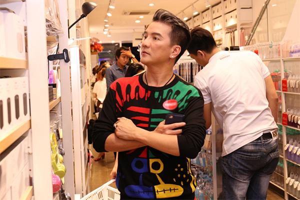 Huong Giang Idol mac ho tren ho duoi di event