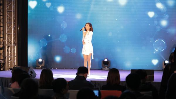 Ca sĩ Bích Phương Idol thể hiện 2 bài hát tại sự kiện.