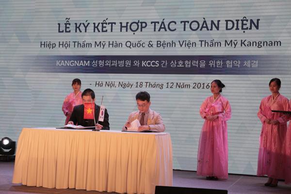 Trong khuôn khổ buổi triển lãm đã diễn ra lễ ký kết chuyển giao công nghệ tiên tiến của Hiệp hội thẩm mỹ Hàn Quốc cho Bệnh viện thẩm mỹ Kangnam