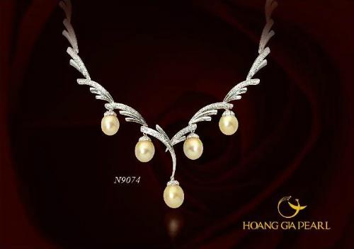 Uyển Ngọc Bộ trang sức chế tác cực kỳ khéo léo mang vẻ đẹp cao sang quyền quý.