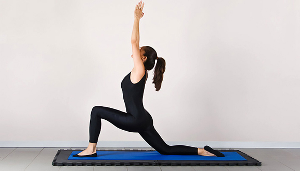 2. Tập một vài động tác yoga kéo giãn