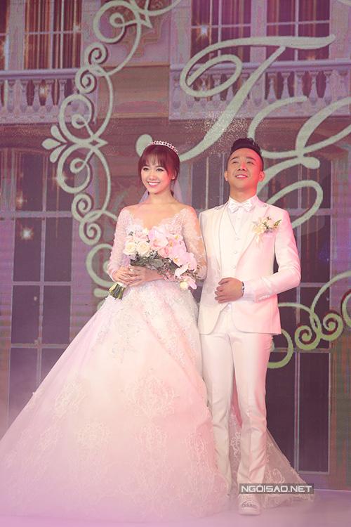 Đám cưới của Trấn Thành - Hari Won diễn ra từ 18h ngày 25/12 tại một trung tâm sang trọng ở quận 1, TP HCM. Cặp đôi chỉ mới chính thức xác nhận về đám cưới này cách đây vài ngày, thông qua một số hình ảnh được nhà thiết kế Chung Thanh Phong cung cấp cho báo giới khi họ đi thử trang phục cưới.