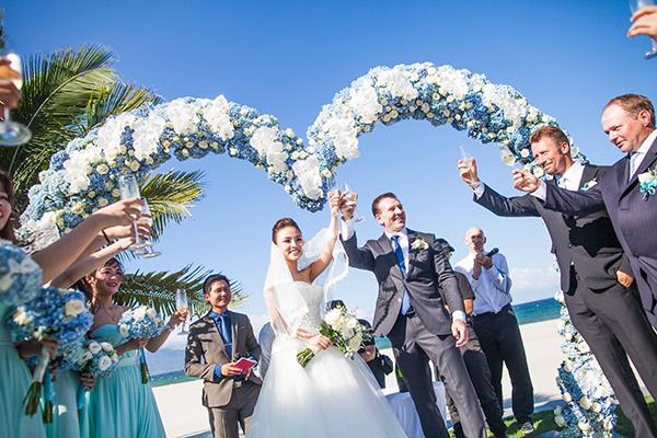 [Caption]Chú rể đã chi khoảng 800 triệu để trang hoàng cho lễ cưới và khoảng 900 triệu cho chi phí đi lại, ăn ở của khách mời. Trong ngày trọng đại, Mai diện bộ soiree lộng lẫy, được thiết kế trong nhiều tháng.