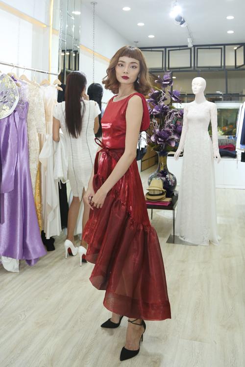 Hoàng Oanh mảnh mai trong thiết kế váy dạ hội được xây dựng trên tông đỏ rượu chát.