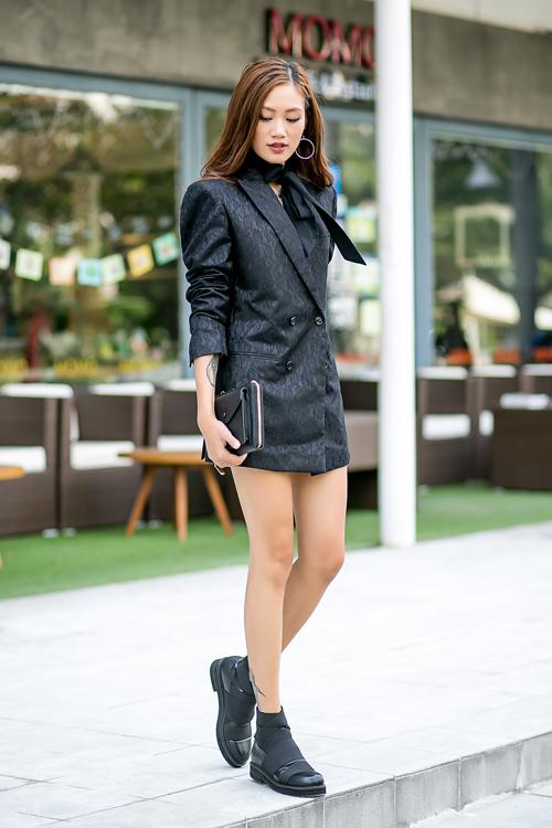 Mùa lễ hội này, Pông Chuẩn chọn một chiếc oversize vest để mặc theo phong cách giấu quần đầy quyến rũ. Đi cùng clutch cùng màu + choker ruy băng thời thượng là có ngay một set đồ đầy cá tính.