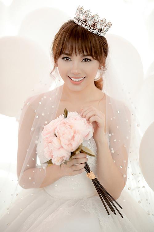 Cô dâu Hariwon lộng lẫy với màu son cam