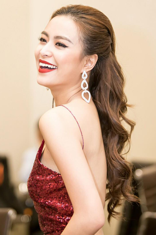 Hoàng Thùy Linh tiếp tục trung thành với tone son đỏ rực rỡ.