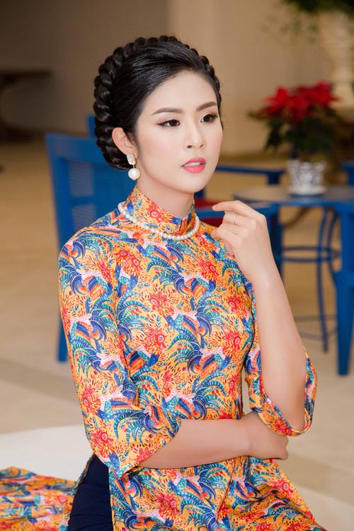 Hoa hậu Ngọc Hân phá cách với kiểu vẽ mắt dài đuôi.
