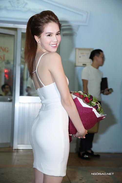 Ngọc Trinh trung thành với lối trang điểm Hàn Quốc quen thuộc, mắt viền mảnh và son môi màu sáng.