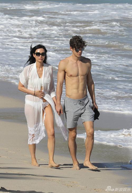 Hình ảnh cựu người mẫu, diễn viên Trung Quốc Đặng Văn Địch dạo chơi trên biển cùng bạn trai kém mình 27 tuổi được Sina đăng tải và khiến khán giả chú ý. Chàng trai làBertold Zahoran