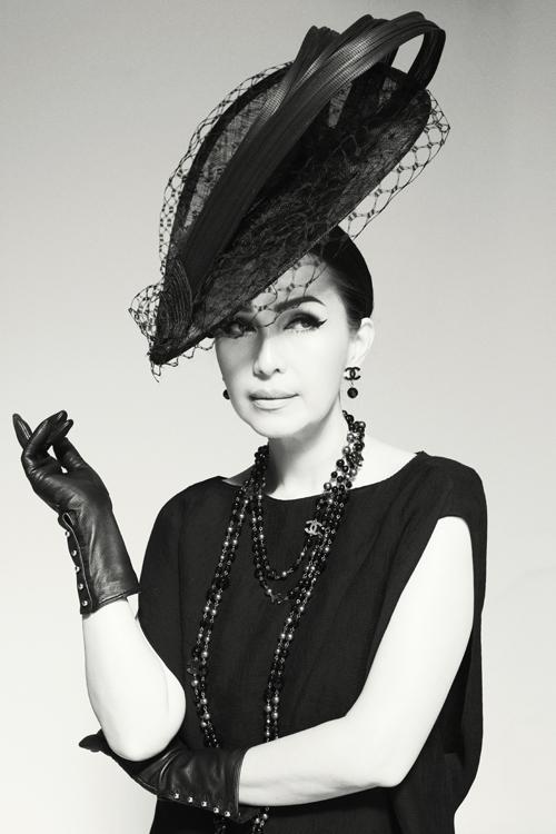 Nữ hoàng ảnh lịch diện trang phục với sắc đen làm chủ đạo, lăng xê mốt đội mũ cổ điển thanh lịch, sang trọng.