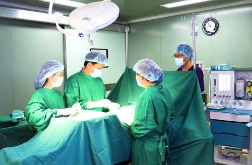 Các bác sĩ thực hiện phẫu thuật. Ảnh: T.D