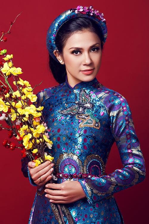 [Caption]Trong chùm ảnh mới thực hiện, mỹ nhân của thời phim mỳ ăn liền diện những trang phục áo dài in họa tiết hoa lá, khoe vẻ dịu dàng ở tuổi trung niên.