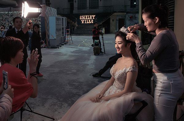 [Caption]Để chuẩn bị cho đám cưới diễn ra vào giữa tháng 1 tới, Hoa hậu Thu Ngân cùng ê kíp đã thực hiện bộ ảnh cưới theo phong cách lãng mạn trong một phim trường ở ngoại thành Hà Nội.