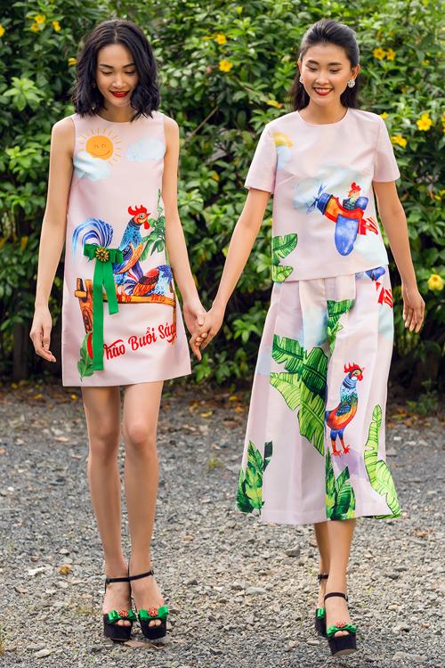 Hình ảnh chú gà gáy chào buổi sáng, gà lái máy bay, gà dạo vườn hoa... tạo nên sự độc đáo và mới lạ cho trang phục ứng dụng.