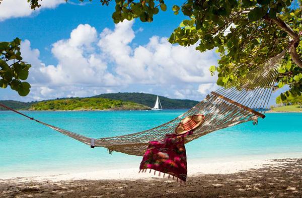 Quần đảo Virgin thuộc Mỹ gồm 4 đảo chính là St Croix, St Thomas, St John và đảo Water. Tại đây, du khách có thể khám phá trung tâm lịch sử với kiến trúc Đan Mạch ở St Croix, đi mua sắm tại các cảng tàu của St Thomas, lên du thuyền đi ngắm cảnh xung quanh các hòn đảo, đi bộ đường dài hoặc tham quan công viên quốc gia ở St John.