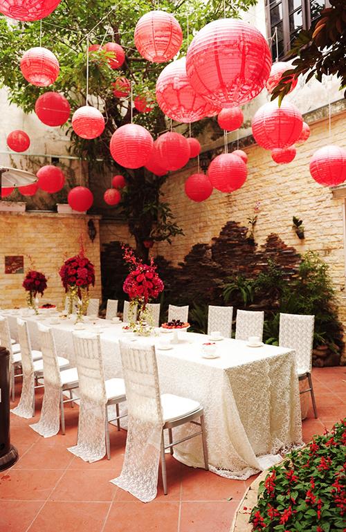 [Caption]Khoảng sân nhỏ được dọn dẹp và trang trí với bàn ghế chiavari được bọc khăn ren trắng để đón khách