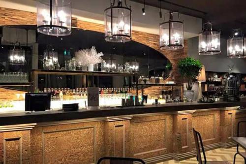 RuNam Bistro Đà Nẵng cũng có phong cách trang trí tinh tế,  menu món ăn và thức uống phong phú, đa dạng, đặc biệt là menu cà phê được chọn lọc từ chuyên gia pha chế cà phê người Ý.
