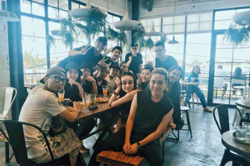 Cùng trong chuỗi cửa hàng với món bánh gấu đáng yêu đang được các bạn trẻ check in rầm rầm trong suốt năm vừa qua là tiệm cà phê và bánh ngọt Aroi của anh chàng ca sĩ Justatee. Từ khi khai trương quán đã nhanh chóng lọt top những địa điểm được check in nhiều nhất ở Đà thành.