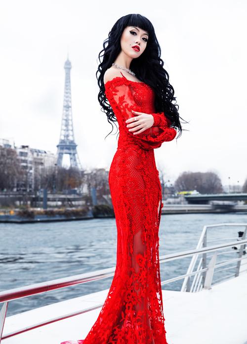 Jessica Minh Anh trở lại Pháp làm show trên tàu kính khổng lồ