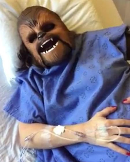 Katie Stricker Curtis ôm bụng trên giường bệnh viện khi những cơn đau đẻ hành hạ. Ảnh: Facebook