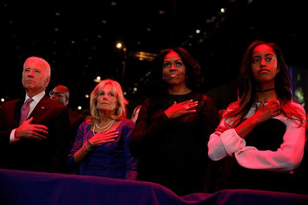 Vợ chồng phó tổng thống Joe Biden, Đệ nhất Phu nhân Michelle cùng con gái lớn Malia cũng tham dự sự kiện.