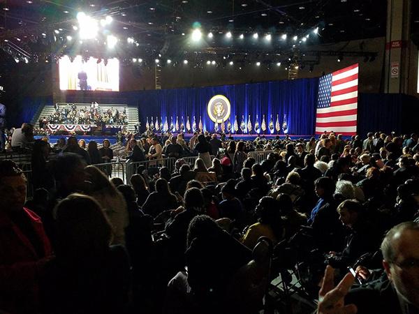 Hơn 20.000 người dự kiến có mặt tại McCormick Place, trung tâm hội nghị lớn nhất vùng Bắc Mỹ và từng là nơi ông Obama phát biểu sau khi đánh bại đối thủ Mitt Romney trong cuộc bầu cử 2012.  Vé xem buổi phát biểu được phát miễn phí và đã hết sạch nhưng hiện được rao bán trên mạng với giá hơn 1.000 USD mỗi vé. Đệ nhất phu nhân Michelle Obama, phó tổng thống Joe Biden và phu nhân Jill Biden cũng sẽ có mặt tại sự kiện.