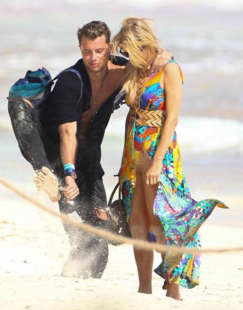 Mải âu yếm bạn trai, Paris Hilton để lộ cả vùng nhạy cảm - ảnh 2