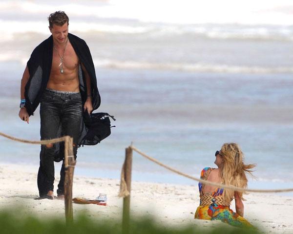 Mải âu yếm bạn trai, Paris Hilton để lộ cả vùng nhạy cảm - ảnh 9