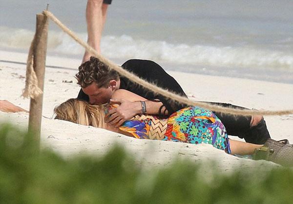 Mải âu yếm bạn trai, Paris Hilton để lộ cả vùng nhạy cảm - ảnh 11