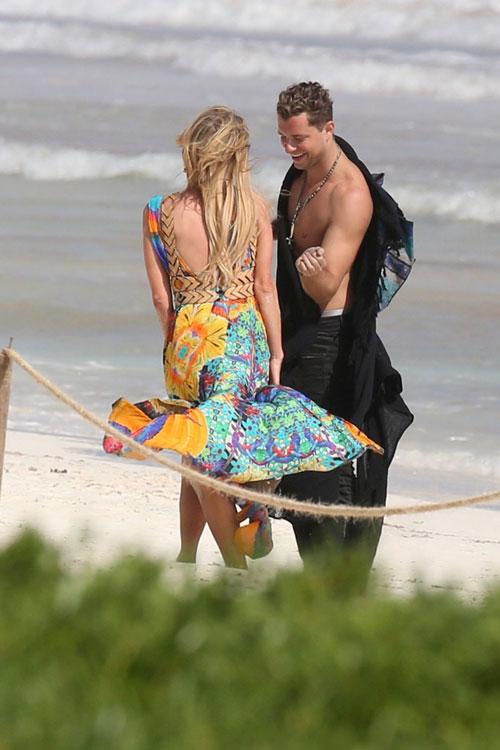 Mải âu yếm bạn trai, Paris Hilton để lộ cả vùng nhạy cảm - ảnh 4