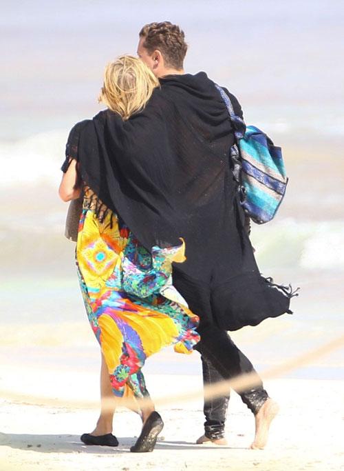 Mải âu yếm bạn trai, Paris Hilton để lộ cả vùng nhạy cảm - ảnh 5