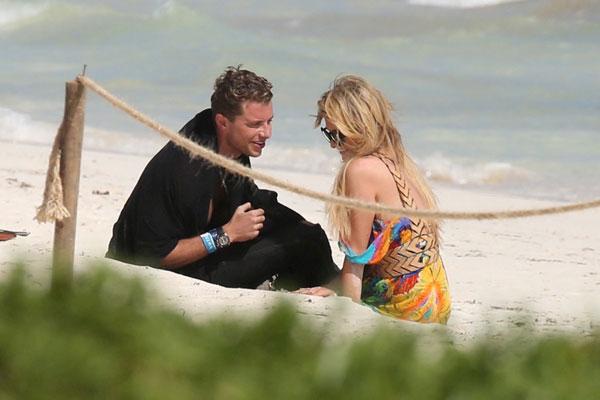 Mải âu yếm bạn trai, Paris Hilton để lộ cả vùng nhạy cảm - ảnh 7