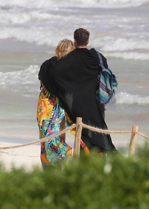 Mải âu yếm bạn trai, Paris Hilton để lộ cả vùng nhạy cảm - ảnh 12