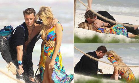 Mải âu yếm bạn trai, Paris Hilton để lộ hết nội y